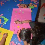 """Lefkoşa Çocuk Yuvası'nda, organize edilen sosyal sorumluluk projesinde, yaratıcı drama uygulamaları iki aşamada gerçekleştirildi. Yakın Doğu Üniversitesi Halkla İlişkiler ve Tanıtım Bölümü öğrencileri tarafından Yıl başında gerçekleştirilen """"Boyama Şenliği"""" adlı ilk etap projesinde çocukların hayallerini çizdiği resimlerden bir takvim oluşturuldu. Bu takvimler satışa sunuldu. Satıştan elde edilen gelir, Lefkoşa Çocuk Yuvası'ndaki demirbaş malzemelerin ve kişisel ihtiyaçların karşılanması için kullanıldı. Yakın Doğu Üniversitesi Basın ve Halkla İlişkiler Müdürlüğü'nden verilen bilgiye göre, geçtiğimiz günlerde """"Yaratıcı Drama"""" adıyla hazırlanan ikinci sosyal sorumluluk projesi de, aynı yuvadaki çocukların kaliteli zaman geçirmesi ve eğlenmeleri için organize edildi. Bu etkinlikte ayrıca tedarik edilen malzemeler Yuva'ya bağışlandı. Her iki projeyi hazırlayan YDÜ Halkla İlişkiler ve Tanıtım Bölümü son sınıf öğrencisi Dinara Shirnazarova, """"Çocukların organizasyonumuza ilgisini ve gülen gözlerini görmek, bu sosyal sorumluluk projelerinin hazırlanmasının ne kadar doğru olduğunu bana gösterdi"""" dedi. """"Boyama Şenliği"""" ve """"Yaratıcı Drama"""" etkinliği proje danışmanı YDÜ Halkla İlişkiler ve Tanıtım Bölümü Öğretim Görevlisi Ufuk Altunç, öğrencilerin teorik bilgilerinin gündelik yaşam pratikleriyle pekiştirilmesinden hem bireysel, hem de toplumsal fayda sağlandığını vurgulayarak yaratıcı drama uygulamalarıyla etkinliğe destek veren Uzman Seçil Besim ile Lefkoşa Çocuk Yuvası'ndaki görevlilere teşekkür etti."""