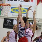 Yakın Doğu Üniversitesi Kadın Basketbol Takımı mücadele ettiği Türkiye Kadınlar Basketbol Ligi'nin 17. haftasına evinde ağırladığı MBK Doğuş Hastanesi'ni 70-34 devirerek, baştan sona üstün oynadığı maça damgasını vurdu.Yakın Doğu Üniversitesi 17. hafta sonunda 14. galibiyetini aldı. Yakın Doğu Üniversitesi Basın ve Halkla İlişkiler Müdürlüğü'nden yapılan açıklamaya göre, İstanbul Caferağa Spor Salonu'nda oynanan maçta, yüzde yüz performans sergileyen Yakın Doğu Üniversitesi, rakibi ile farkı uçurum haline getirdiği maçta periyotları27-4, 46-10, 59-19 ve 70-34'lük skorlarla farklı tamamladı. Karşılaşmaya etkili başlayan Yakın Doğu Üniversitesi, 10-4'lük seri yakaladığı maçta, 17-0'lık seri ile devam etti ve son beş dakikada hiç sayı yemeyerek,ribauntlarda 19-7 üstünlük sağladığı ilk periyodu 27-4 gibi farklı bir skorla önde bitirdi. Bu periyottaMBK Doğuş Hastanesi'nde MichellseSnow dışında sayı atan olmadı. İkinci çeyrekte skor bulmaya devam eden ev sahibi ekip, rakibinin pota altını kullanmasına izin vermeyerek soyunma odasına 36 sayı farkla 46-10 önde gitti. . Karşılaşmanın ikinci yarısında rotasyona giden Yakın Doğu Üniversitesi, 59-19'luk skorla final periyoduna girdi. Son periyotta da üstün oyununu devam ettiren Yakın doğu Melekleri parkeden 70-34 galip ayrıldı. Öne Çıkanlar… Yakın Doğu Üniversitesi'nde: Bahar Çağlar 16 sayı, 9 ribaunt, 5 asist, Kayla McBride 14 sayı, 4 asist, Olcay Çakır 12 sayı, 7 ribaunt, 2 asist, AngelicaRobinson 10 sayı, 2 ribaunt, QuanitraHollingsvorth 6 sayı,1 ribaunt, Elin Eldebrink 5 sayı 1 ribaunt kaydetti. MBK Doğuş Hastanesinde: DeAndre Moss 14 sayı, 8 ribaund, 3 asist, Ferda Yıldız 8 sayı ile oynadı.